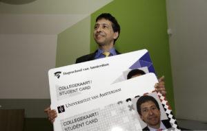 Waarnemend collegevoorzitter Paul Doop met uitvergrotingen van de nieuwe collegekaart. Foto: Jan-Maarten Hupkes